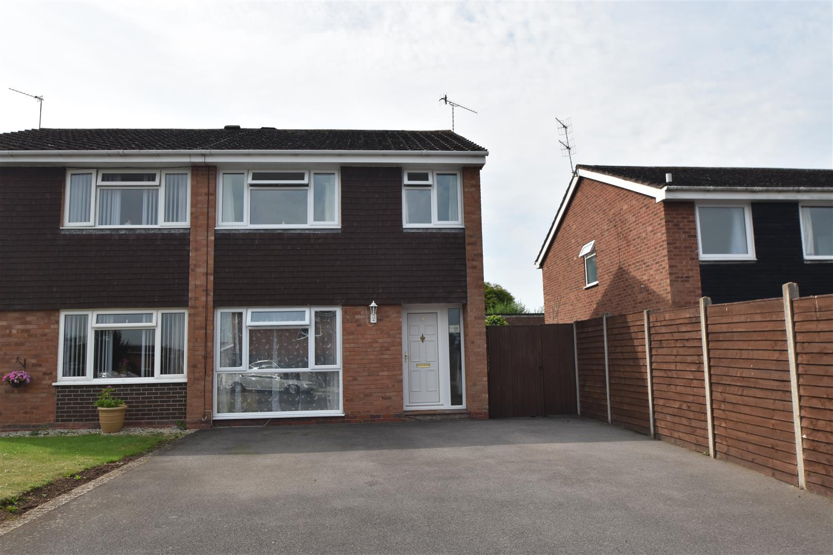 3 Bedrooms Semi Detached House for sale in Hawthorne Walk, Droitwich Spa